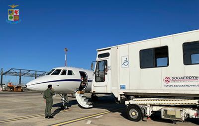 Neonata in pericolo di vita: volo ambulanza d'urgenza da Cagliari a Milano con un aereo dell'Aeronautica Militare